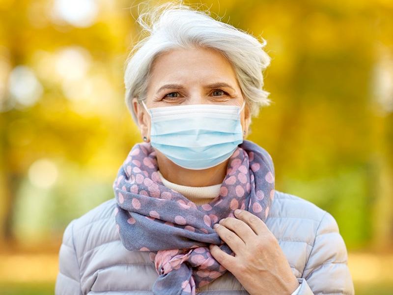 Kobieta z maseczką zasłaniającą nos i usta