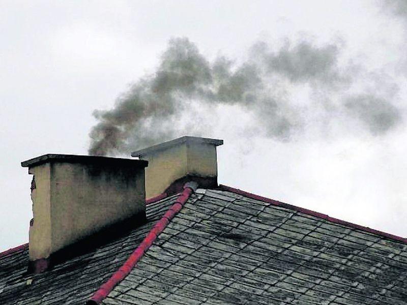 Dym z komina zanieczyszczający powietrze