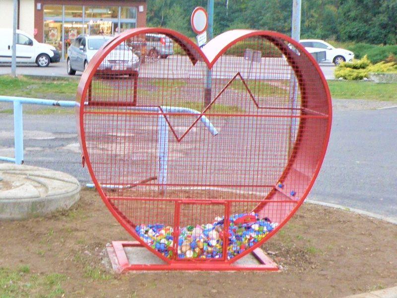 Czerwony kosz w kształcie serca na nakrętki